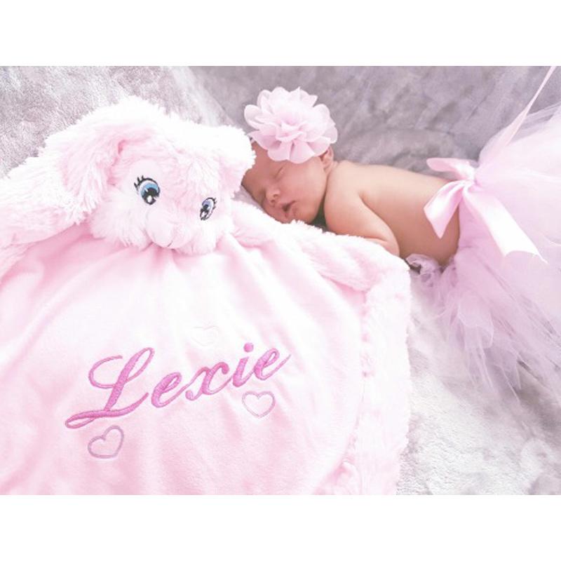 Lexie et sa doudou lapin rose brodée et personnalisée - Réalisation | Broderie Amé Design