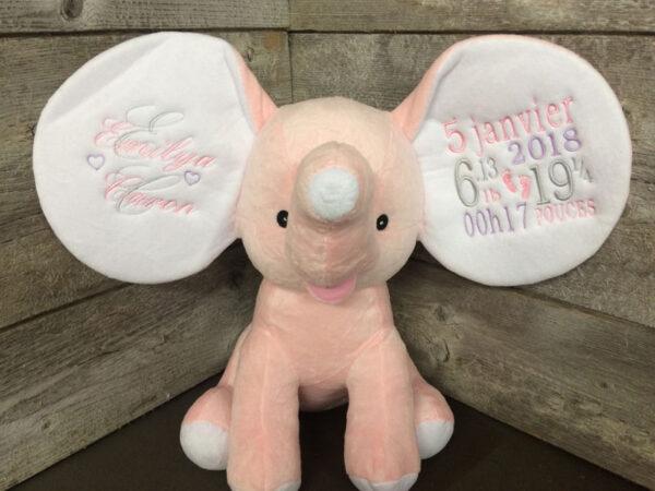 Réalisation - Éléphant à grandes oreilles rose avec carré rose | Peluche à broder et personnaliser | Broderie Amé Design